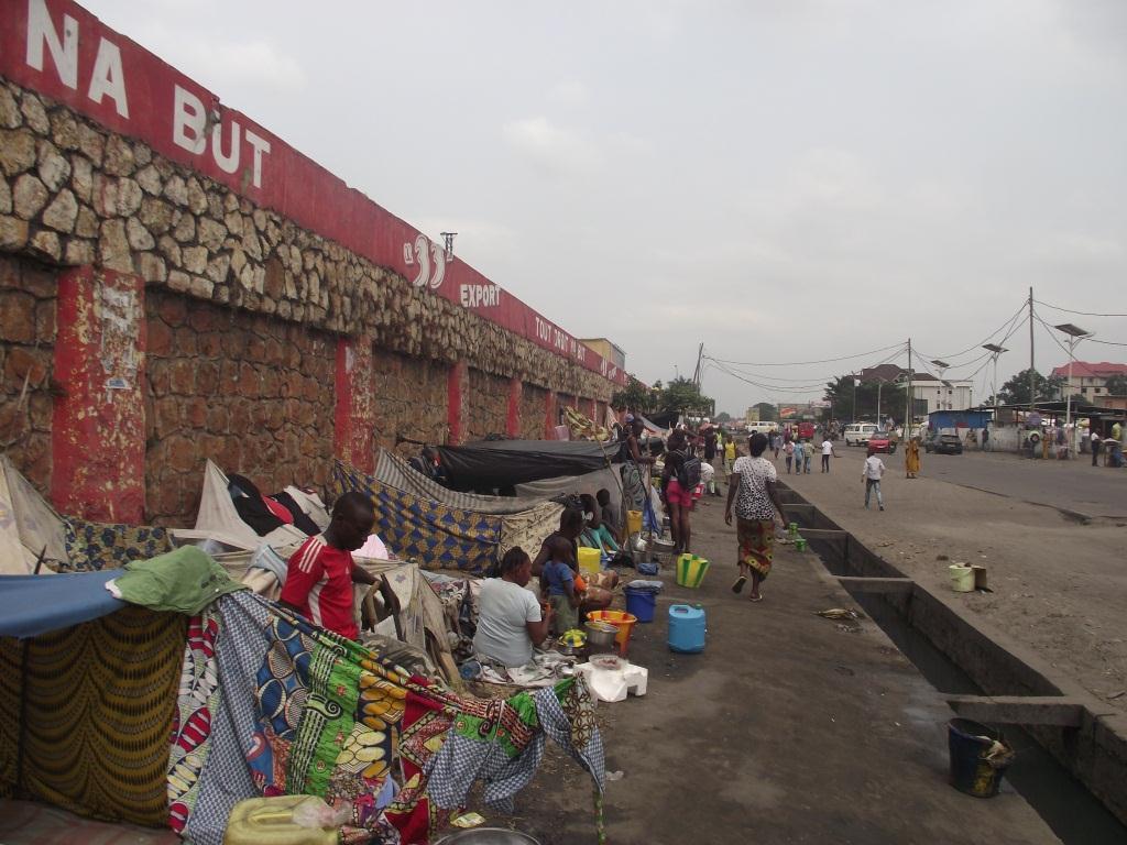 Un campement fortuite en face de la Maison communale de Kinshasa (Ph. Lokole)
