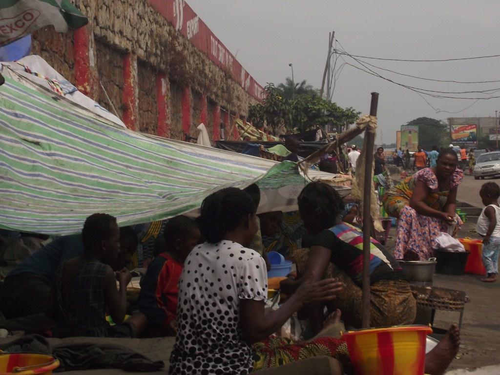 Un campement de fortune en pleine rue à Kinshasa (Ph. Lokole)