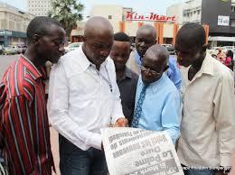 Les lecteurs des journaux à Kinshasa (Ph. Radiookapi)